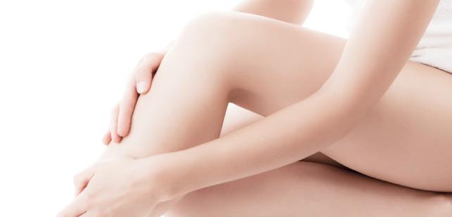 脚に触れる女性